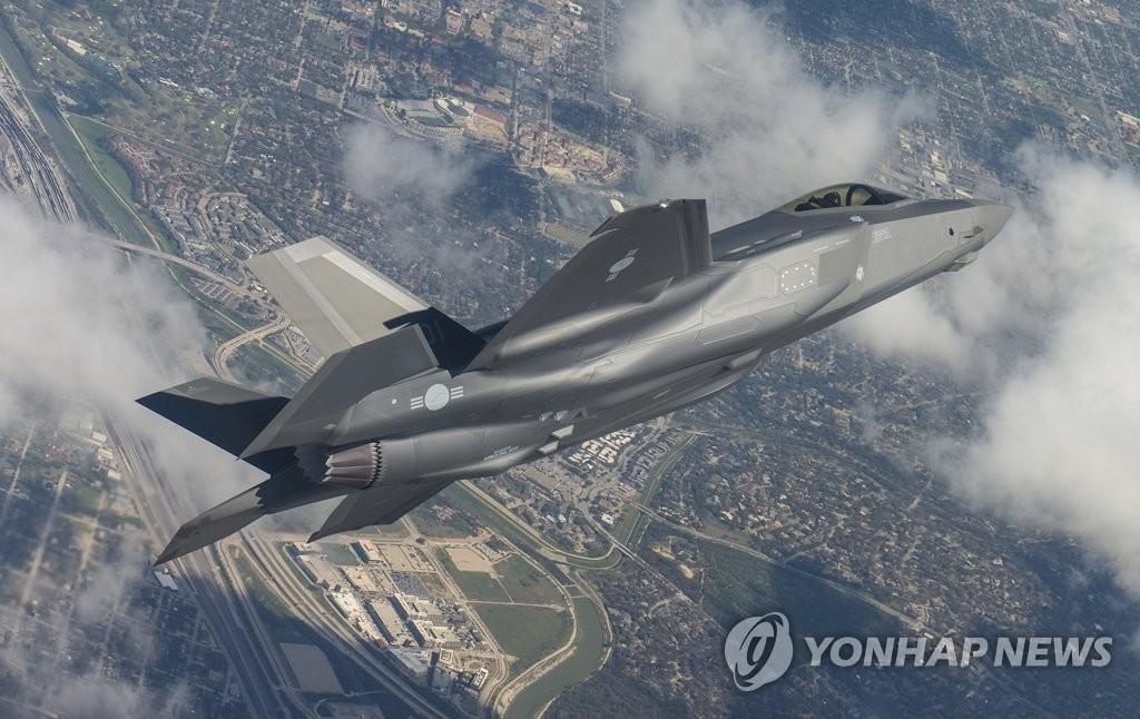 资料图片:当地时间2018年3月28日,在美国德克萨斯州,韩国第一架F-35A隐形战斗机进行试飞。(韩联社/韩国防卫事业厅提供)