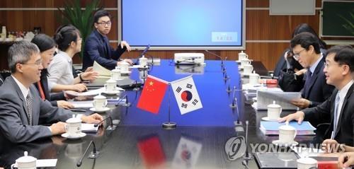 资料图片:2018年7月13日,在北京,韩中举行自贸协定第二阶段第二轮谈判,就服务贸易和投资展开磋商。(韩联社/韩国产业通商资源部供图)