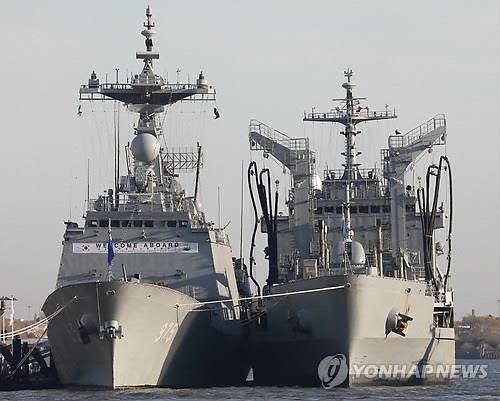 """资料图片:""""忠武公李舜臣""""号驱逐舰(左)和""""大清""""号军需补给舰(韩联社/欧新社)"""