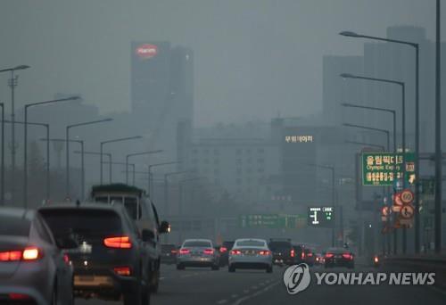 1月15日上午,在首尔江南区汉南大桥一带被雾霾笼罩。(韩联社)
