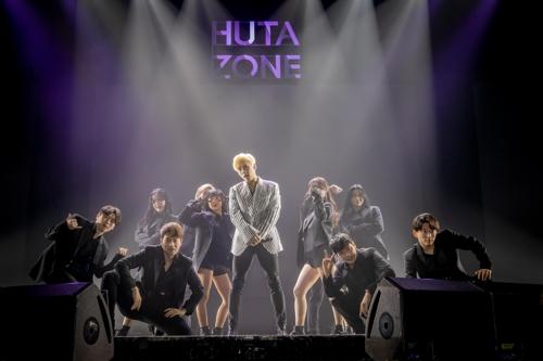 1月15日,在首尔YES24 LIVE HALL,李旼赫在新专辑抢听会上献唱新歌。(CUBE娱乐供图)