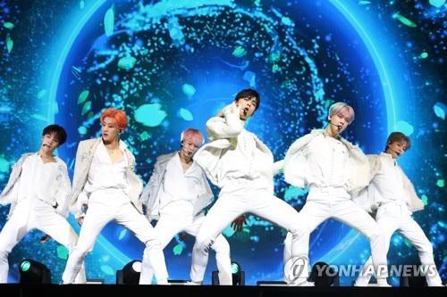 1月16日下午,在首尔市COEX,ASTRO在抢听会上演唱新歌。(韩联社)