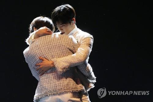1月16日下午,在COEX,车银优在演唱新歌时有一段拥抱队友的伴舞。(韩联社)