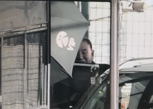 1月17日,在北京首都国际机场,金英哲刚下飞机。(韩联社)