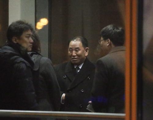 1月17日,金英哲(右二)在北京首都国际机场美联航登机口等待登机。(韩联社)