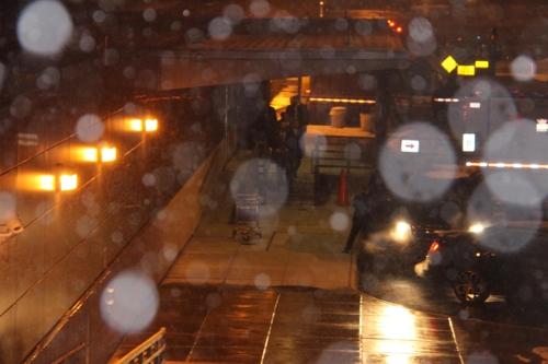 当地时间1月17日,在杜勒斯机场,金英哲一行冒雪走向接机专车。(韩联社)