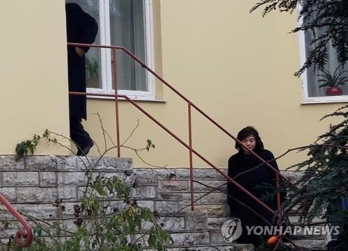 当地时间1月21日,在瑞典斯德哥尔摩,崔善姬(右)结束韩朝美工作会谈结束后返回朝鲜驻瑞典使馆。(韩联社)
