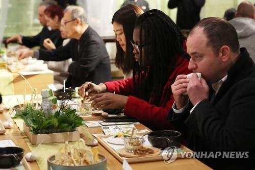 调查:八成外国人对韩国有好感