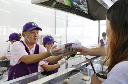 CU在蒙古国的一家分店快餐厨房(CU供图)