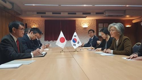 当地时间1月23日上午,在瑞士达沃斯,韩国外长康京和(右排前一)与日本外务大臣河野太郎(左排前一)举行会谈。(韩联社)