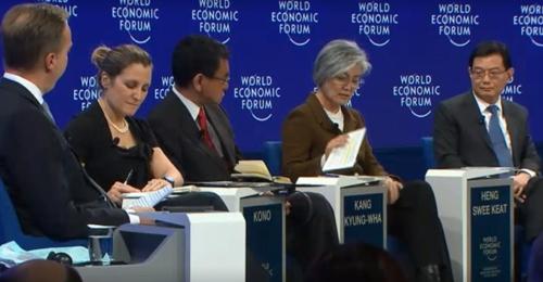 """资料图片:当地时间1月23日,在瑞士,韩国外交部长官康京和(右二)出席达沃斯论坛主题为""""地缘政治前景""""的单元会议并发言。(韩联社/达沃斯论坛供图)"""