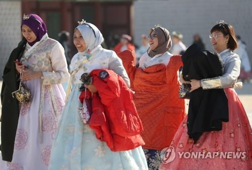 资料图片:1月6日,外国游客参观景福宫。(韩联社)