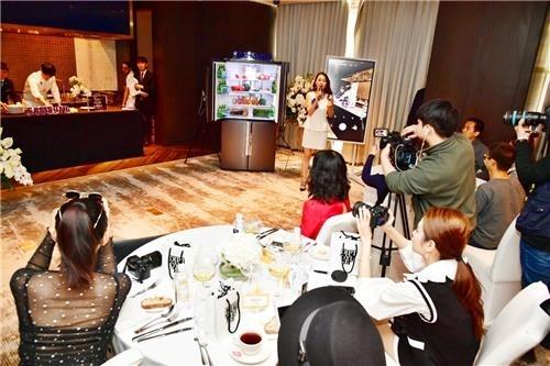 1月24日,在北京举行的三星家电体验活动上,中国网红们观看韩国知名厨师的烹饪秀。(三星电子供图)
