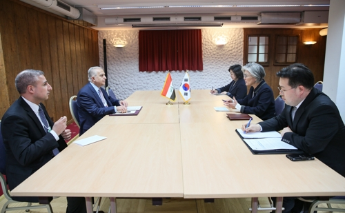 韩伊外长举行会谈共商合作方案