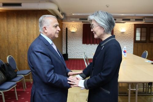 当地时间1月24日,在瑞士达沃斯,韩国外长康京和(右)与伊拉克外交部长穆罕默德·哈基姆举行会谈前握手。(韩联社/外交部供图)