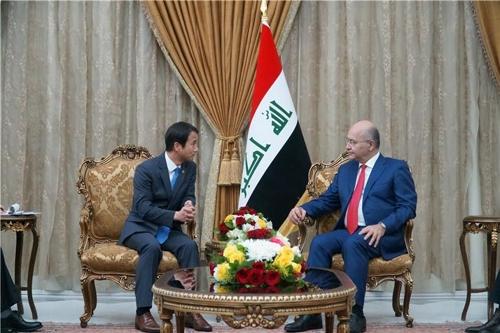外交特别助理韩秉道(左)拜会伊拉克总统巴尔哈姆•萨利赫。(外交部供图)