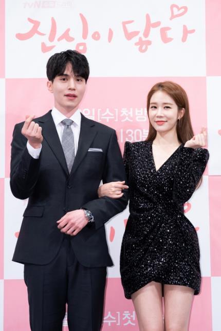 1月29日,在首尔皇宫酒店举行的《触及真心》发布会上,李栋旭和刘仁娜摆姿势供媒体拍照。(tvN供图)