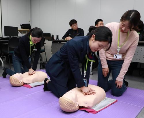 韩真航空乘务员在机场成功抢救中国游客