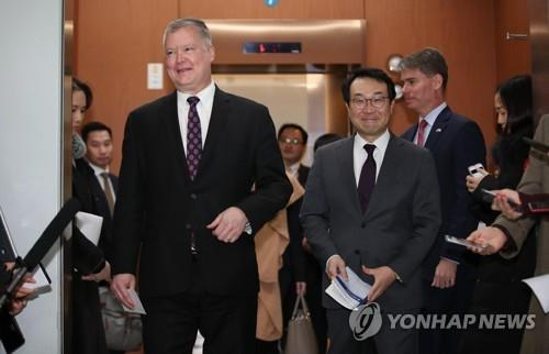 资料图片:2018年12月21日,在韩国外交部,外交部韩半岛和平交涉本部长李度勋(右)和美国国务院对朝政策特别代表斯蒂芬・比根举行会议后离场。(韩联社)