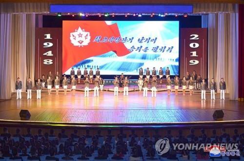 资料图片:2月4日,庆祝朝鲜建军71周年的青年中央艺术宣传演出在青年中央会馆举行。图片仅限韩国国内使用,严禁转载复制。(韩联社/朝中社)