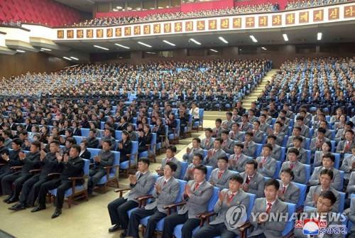 资料图片:2月4日,庆祝朝鲜建军第71周年的青年中央艺术宣传演出在青年中央会馆举行。图片仅限韩国国内使用,严禁转载复制。(韩联社/朝中社)