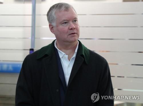 2月10日上午,在仁川国际机场,比根准备启程回国。(韩联社)