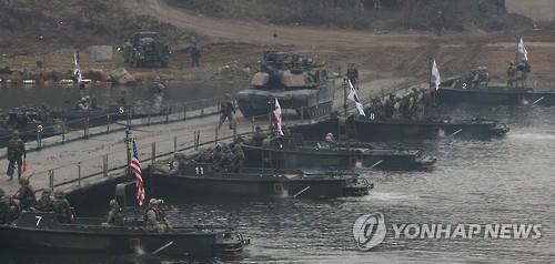 资料图片:美国第二师团M1A2战车经过汉滩江。(韩联社)
