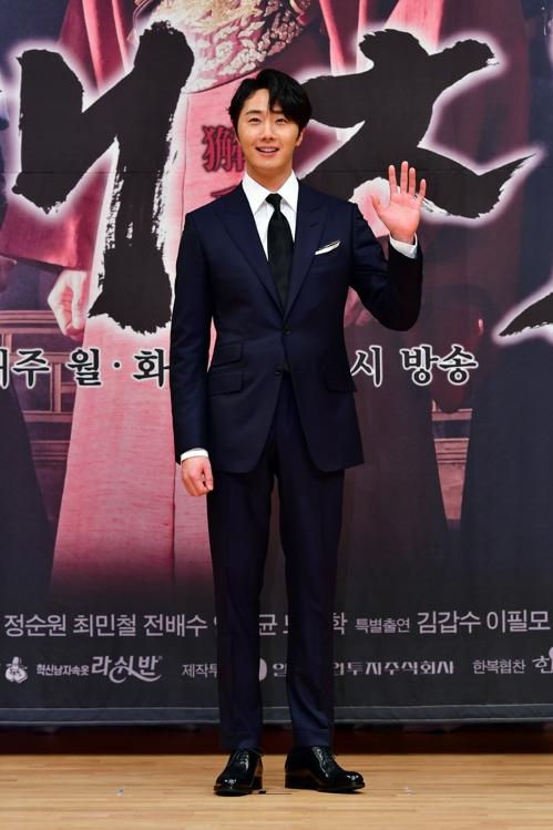 2月11日上午,丁一宇在《獬豸》发布会上摆姿势供媒体拍照。(SBS供图)