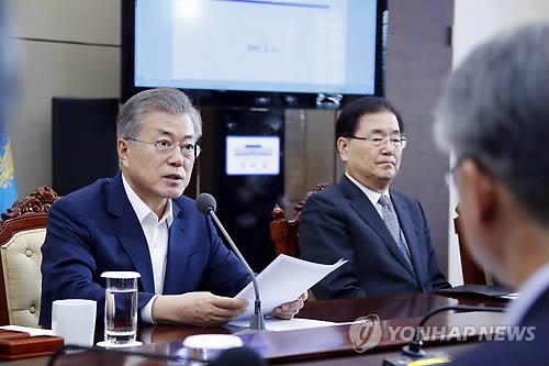 2月11日,在青瓦台,文在寅在幕僚会议上发言。(韩联社)