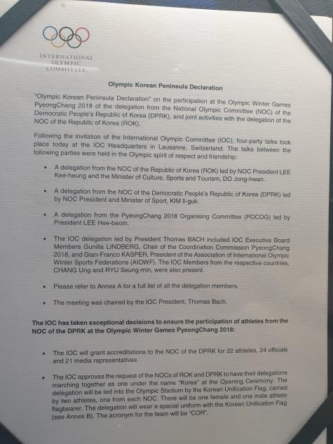 图为在奥林匹克博物馆展出的韩朝组队参加平昌冬奥会协议。(柳承敏供图)
