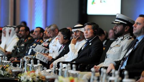 正在阿联酋访问的国防部长官郑景斗(右三)出席阿布扎比国际防务展。(韩联社/国防部供图)