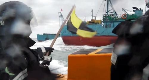 韩海警扣押两艘涉嫌非法捕捞中国渔船