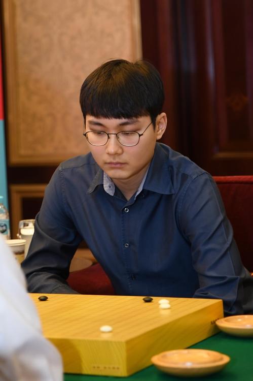 2月18日,韩国棋手朴廷桓参加在上海举行的第20届农心杯世界围棋团体锦标赛决赛阶段第10局比赛。(韩联社/韩国棋院)