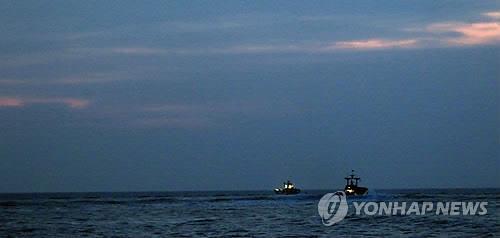 资料图片:韩国渔船在延坪岛海域附近进行捕捞作业。(韩联社)