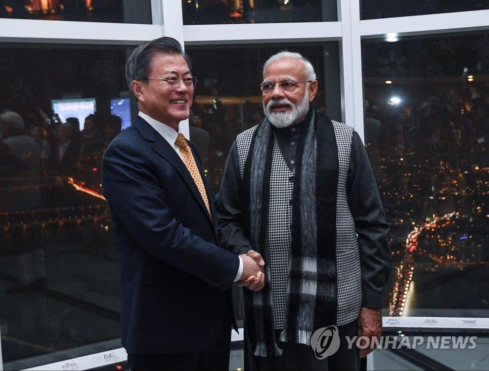 2月21日,在首尔乐天世界大厦,韩国总统文在寅(左)与印度总理莫迪欣赏首尔夜景。(韩联社)