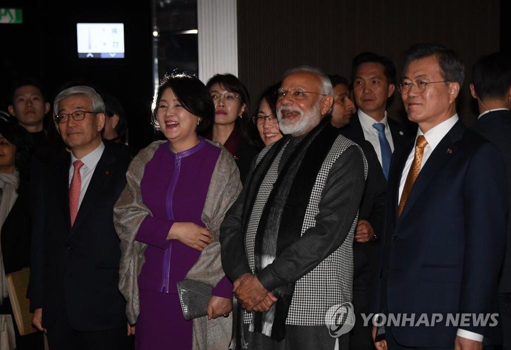 2月21日,在首尔乐天世界大厦,韩国总统文在寅(右起)与印度总理莫迪、韩国第一夫人金正淑女士等一同欣赏首尔夜景。(韩联社)
