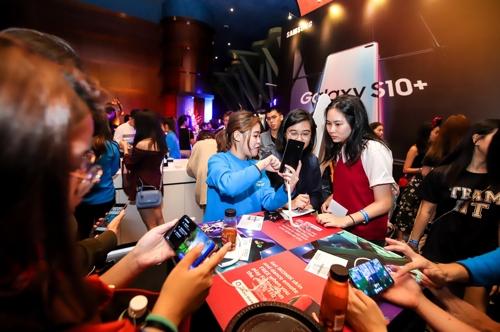 新加坡消费者在体验Galaxy S10。(三星电子供图)