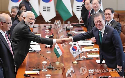 2月22日,在青瓦台,韩国总统文在寅(右)与印度总理莫迪举行会谈。(韩联社)