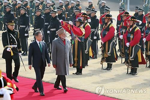 2月22日,在青瓦台,韩国总统文在寅(左)与印度总理莫迪检阅仪仗队。(韩联社)