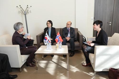 康京和(左)和挪威外长举行会谈。(韩联社/外交部供图)