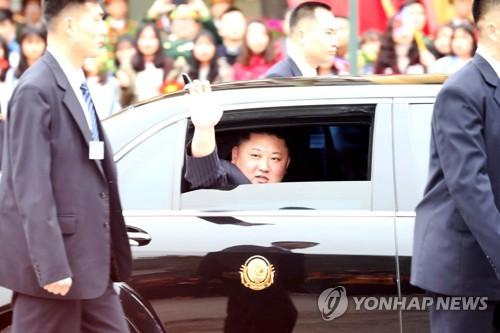 2月26日,金正恩在抵达越南谅山省同登站后转乘专车驶往河内,并向欢迎人群挥手致意。(韩联社)