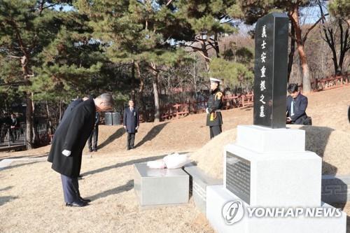 2月26日上午,在首尔孝昌公园白凡金九纪念馆,韩国总统文在寅向安重根义士墓地参拜。(韩联社)