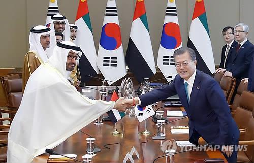 2月27日上午,在青瓦台,文在寅和穆罕默德在首脑会谈上握手。(韩联社)