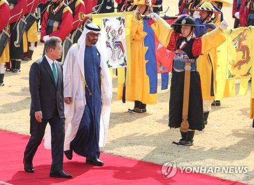 2月27日上午,在青瓦台举行的欢迎仪式上,文在寅和穆罕默德检阅仪仗队。(韩联社)