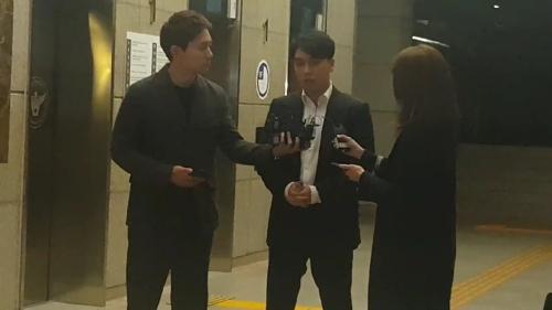 2月28日上午,胜利在首尔地方警察厅接受媒体采访。(韩联社)