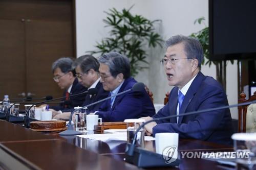 3月4日下午,在青瓦台,韩国总统文在寅(右一)主持召开国家安全保障会议全体会议。(韩联社)