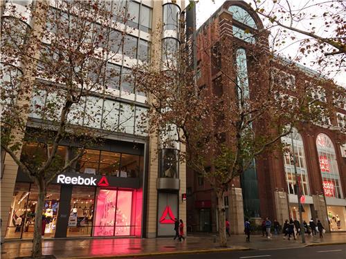 位于上海淮海中路的锐步和H&M卖场(韩联社)