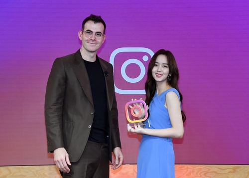 Instagram首席执行官(左)与韩国演员金所炫(脸书供图)