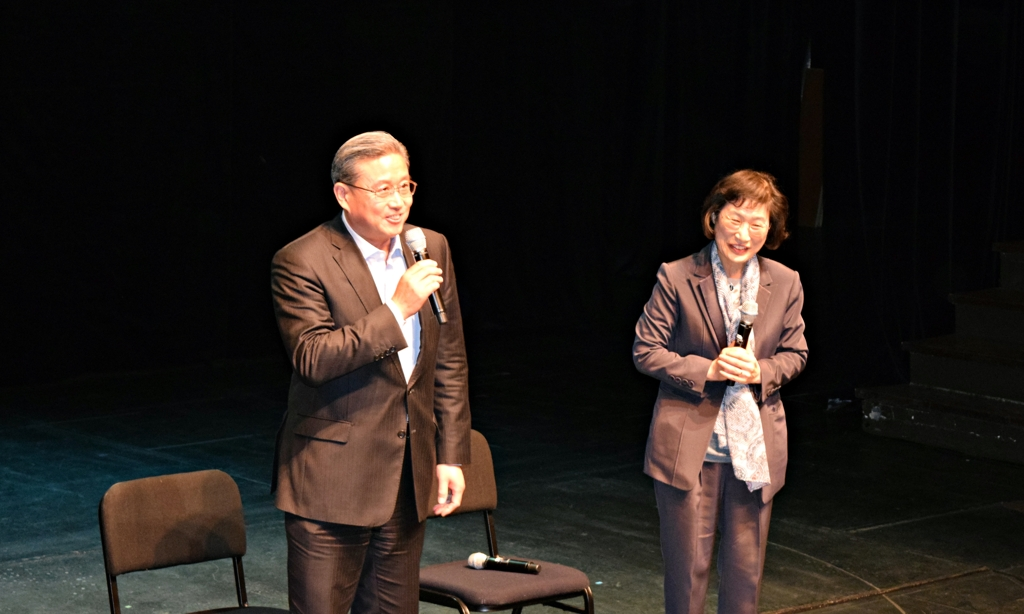 3月12日,在首尔南山艺术中心,中国驻韩国大使馆公参王鲁新(左)在台上发言。右为韩中演剧交流协会会长吴秀卿。(韩联社)