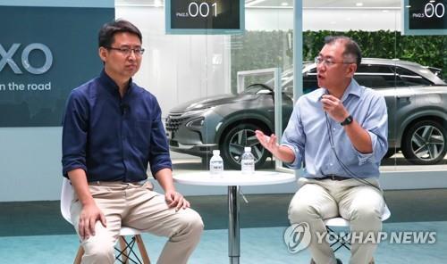 资料图片:2018年6月13日,在上海举行的2018亚洲消费电子展上,现代汽车副会长郑义宣(右)与格灵深瞳创始人、CEO赵勇进行交谈。(韩联社/现代起亚供图)